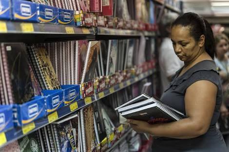 Nas compras para a volta às aulas, pais precisam dar aula de economia aos filhos