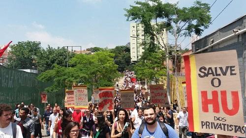 Estudantes, moradores e trabalhadores realizam ato na USP em defesa do HU
