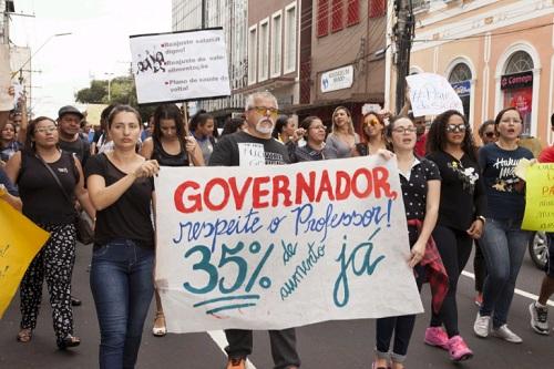 Professores estaduais do Amazonas param 25 cidades ao deflagrar greve