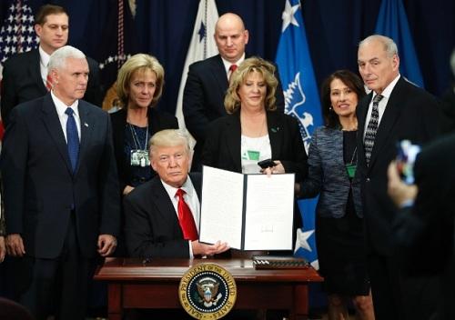 Trump leva adiante sua xenofobia e assina a ordem para a construção do muro na fronteira com o México