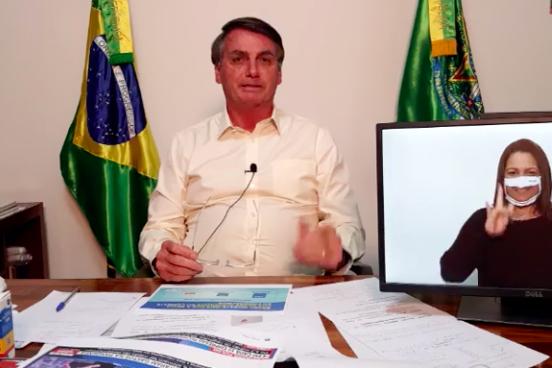 """Bolsonaro defende a desregulamentação e diz que """"Amazônia não pega fogo porque é úmida"""""""