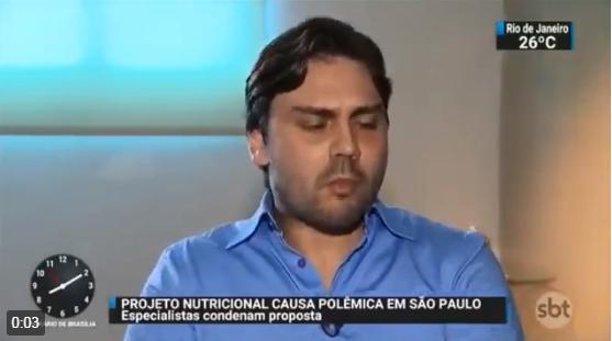 """Secretário de Doria come em entrevista a """"ração humana"""" e não consegue esconder seu nojo"""