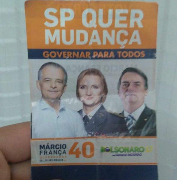 Na cidade natal de França panfletos estampam a cara de Bolsonaro mostrando claro apoio