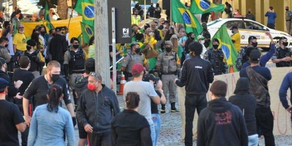 Manifestantes antifascistas fazem ato contra manifestação bolsonarista em Porto Alegre