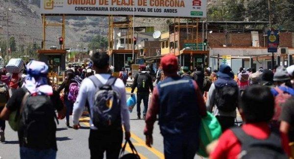 No Peru, milhares de trabalhadores que perderam tudo voltam para suas cidades natais