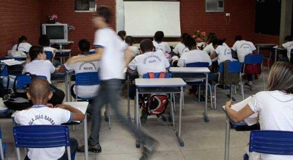 Câmara aprova aulas presenciais como serviço essencial, sem comunidade escolar poder decidir