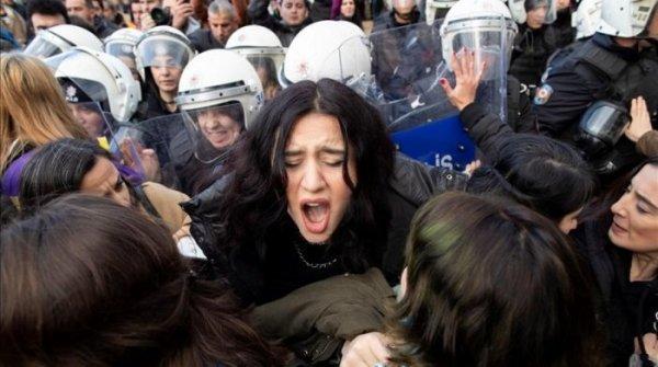 """Turquia leva a julgamento sete mulheres por realizarem a performance """"Um estuprador no seu caminho"""""""
