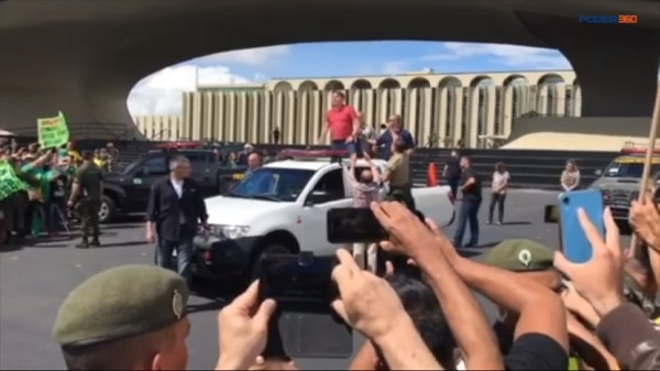 Bolsonaro discursa em manifestação que reuniu pequeno grupo pró AI-5 e Ditadura Militar