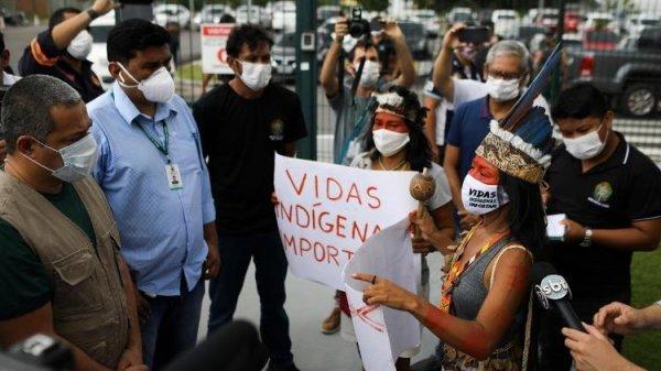 Enfermeira indígena atende voluntariamente 700 famílias e denuncia o genocídio de Bolsonaro