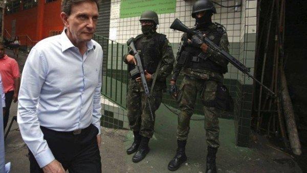"""Banho de loja 2: Crivella diz que fachadas na Rocinhas estão """"feinhas"""" e precisa de reforma"""