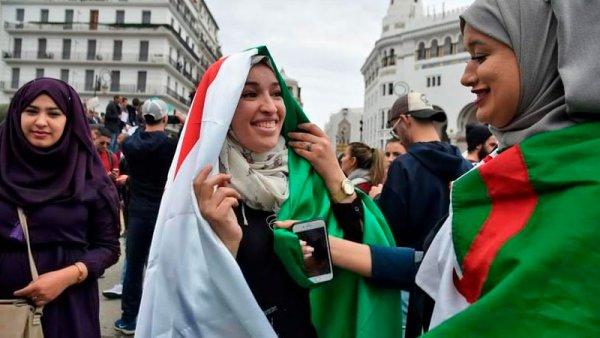 As mulheres argelinas assumiram a frente dos protestos contra Bouteflika
