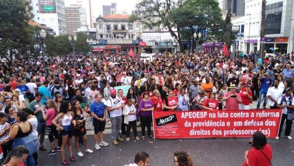 Em Campinas, professores tomam as ruas e dão aula de como lutar contra a reforma da Previdência
