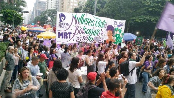 Debaixo de chuva ato do 8M em Sao Paulo se enfrenta com Bolsonaro