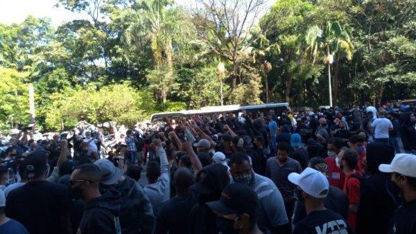 Centenas vão às ruas em SP contra Bolsonaro e o racismo: acompanhe aqui