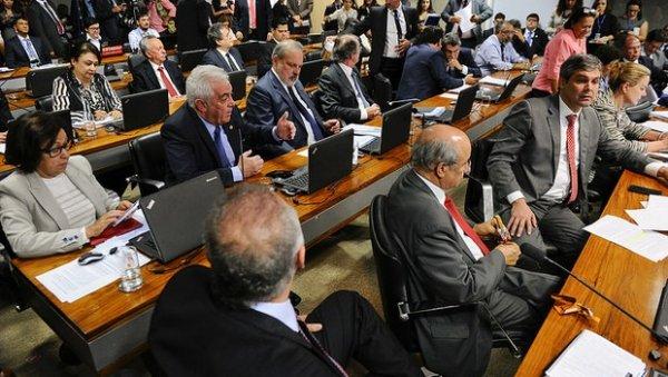 Governo adia votação da reforma trabalhista no Senado