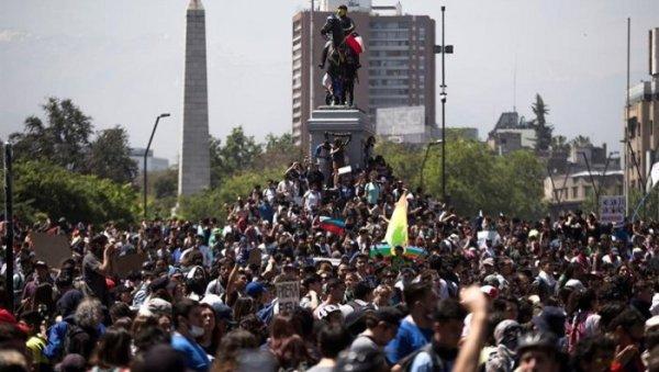 Piñera estende o toque de recolher e dezenas de milhares se manifestam no centro de Santiago