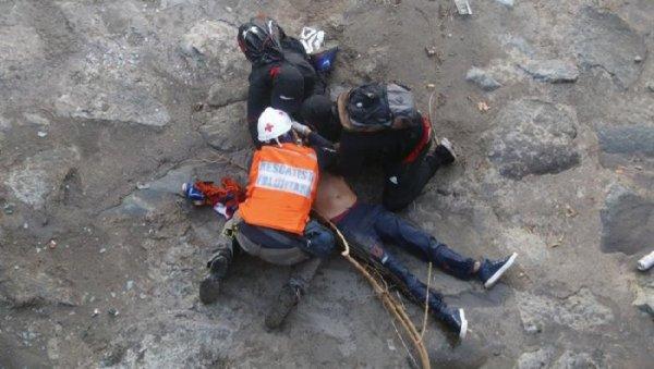 No Chile, querem prender jovem que foi arremessado de uma ponte pela polícia
