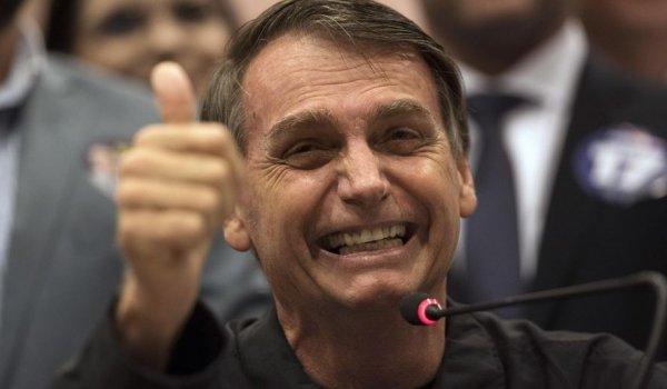 Acenando à bancada evangélica, Bolsonaro assina projeto de ensino domiciliar privatizante
