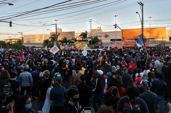 Ato em Porto alegre mostrou a indignação pelo assassinato de João Alberto no Carrefour