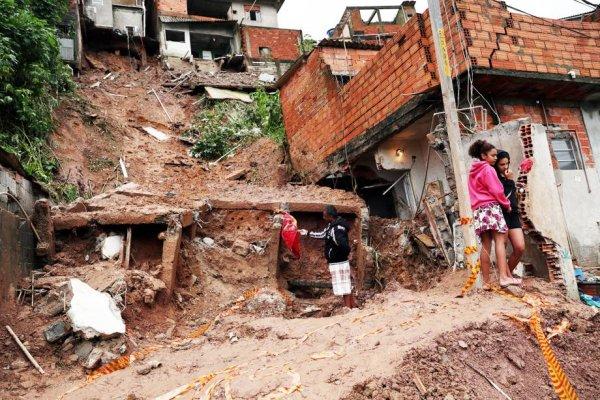 Quatro crianças morrem em deslizamentos de terra em Mauá