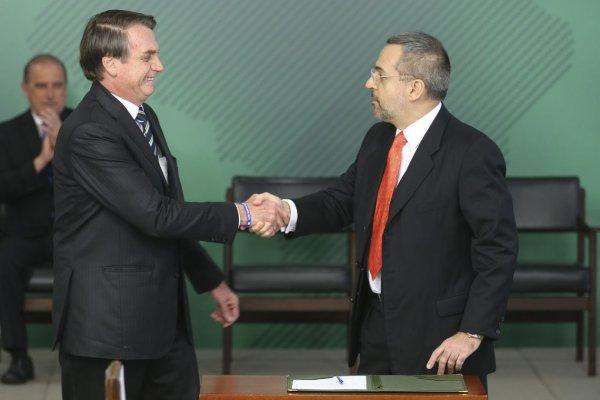 Bolsonaro e Weintraub cortam verba para livros didáticos nas escolas