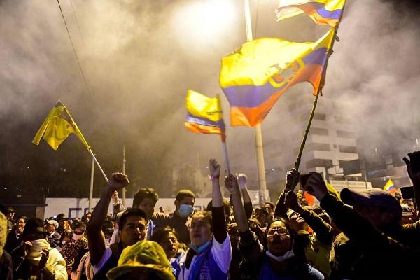 Crianças indígenas no Equador comemoram revogação do decreto 883, imposta ao governo