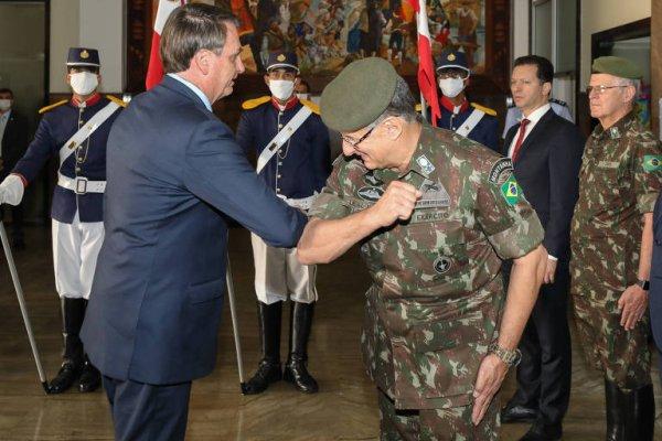 Em meio ao Coronavírus, até Militares evitam apertar as mãos de Bolsonaro em Porto Alegre