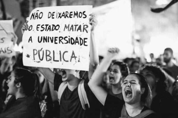 Neoliberalismo: Uma Ameaça Nefasta às Universidades Públicas como Espaços de Democracia