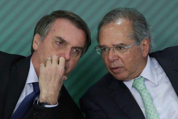 Após promover demissões em massa, Bolsonaro autoriza recontratação com salários e direitos reduzidos