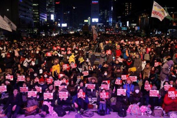 Com massivas mobilizações contrárias a ela, presidente sul coreana anuncia que poderia renunciar