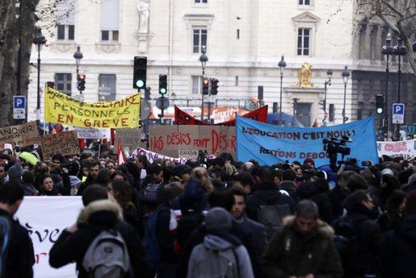 França: Milhares de estudantes secundaristas e universitários se manifestam contra as reformas de Macron