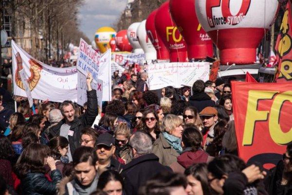 Dezenas de milhares marcham na França em uma nova greve geral contra Macron