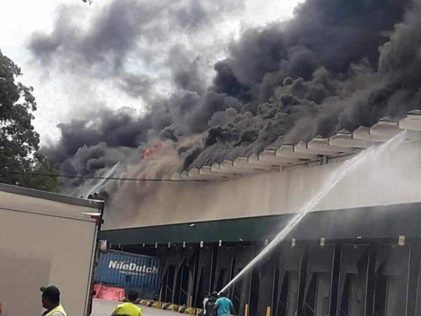 Galpão em Osasco, SP, tem incêndio de grandes proporções