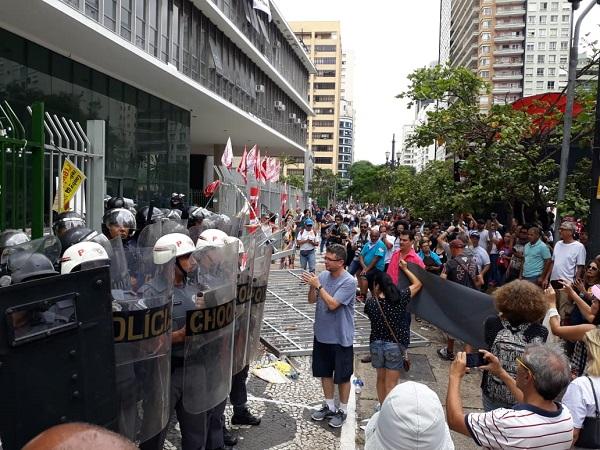Covas e Câmara de SP aprovam SampaPrev com repressão, tiros e bombas contra professores
