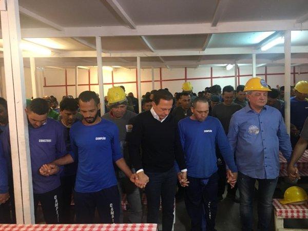 """Dória sanciona """"dia da oração"""" por políticos corruptos, ocorrendo uma vez por mês em SP"""