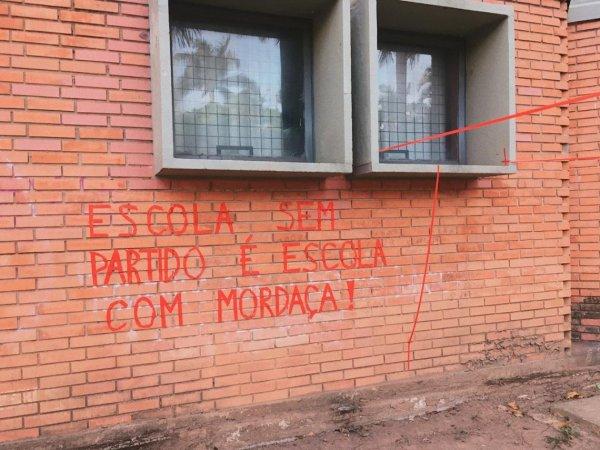 """Estudantes da EBA-UFMG fazem intervenção contra o """"Escola sem partido"""" em BH"""
