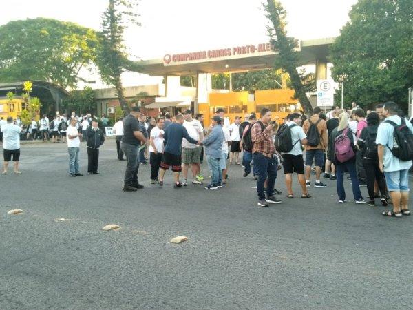 Rodoviários param garagens em Porto Alegre contra extinção de cobradores de Marchezan