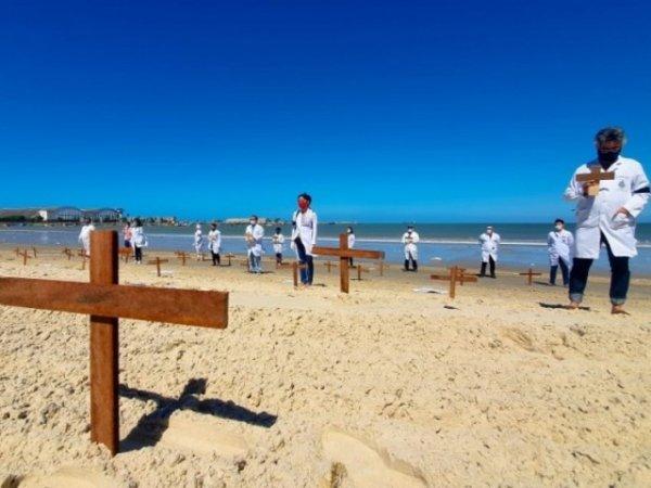 Em Maceió, trabalhadores da saúde fazem ação relembrando 50 mil mortos pela Covid-19