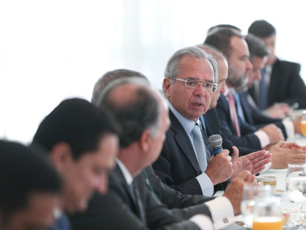 Alto escalão do ministério de Guedes acumula cargos e ganha supersalários