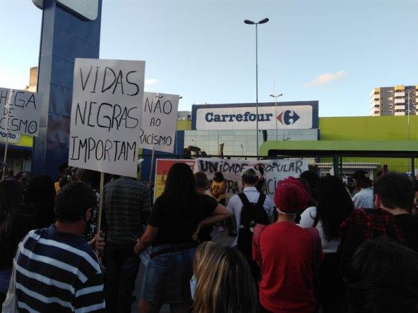 Ato no Carrefour de Gravataí RS reúne manifestantes exigindo justiça para Beto